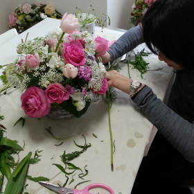 Flower DropsコースⅠの2月のレッスンテーマ-フレッシュフラワーのロマンティックなアレンジ-の製作風景-その2