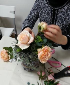アーティフィシャルフラワーコースのバラの花束の製作風景