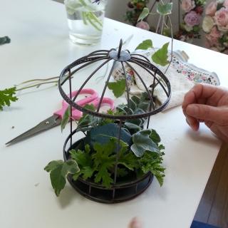 Flower DropsコースⅠの鳥かごアレンジの製作風景-自然な感じに底の部分を製作