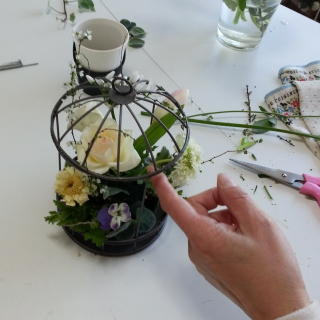 Flower DropsコースⅠの鳥かごアレンジの製作風景-背の高い花から段付けしながら挿す